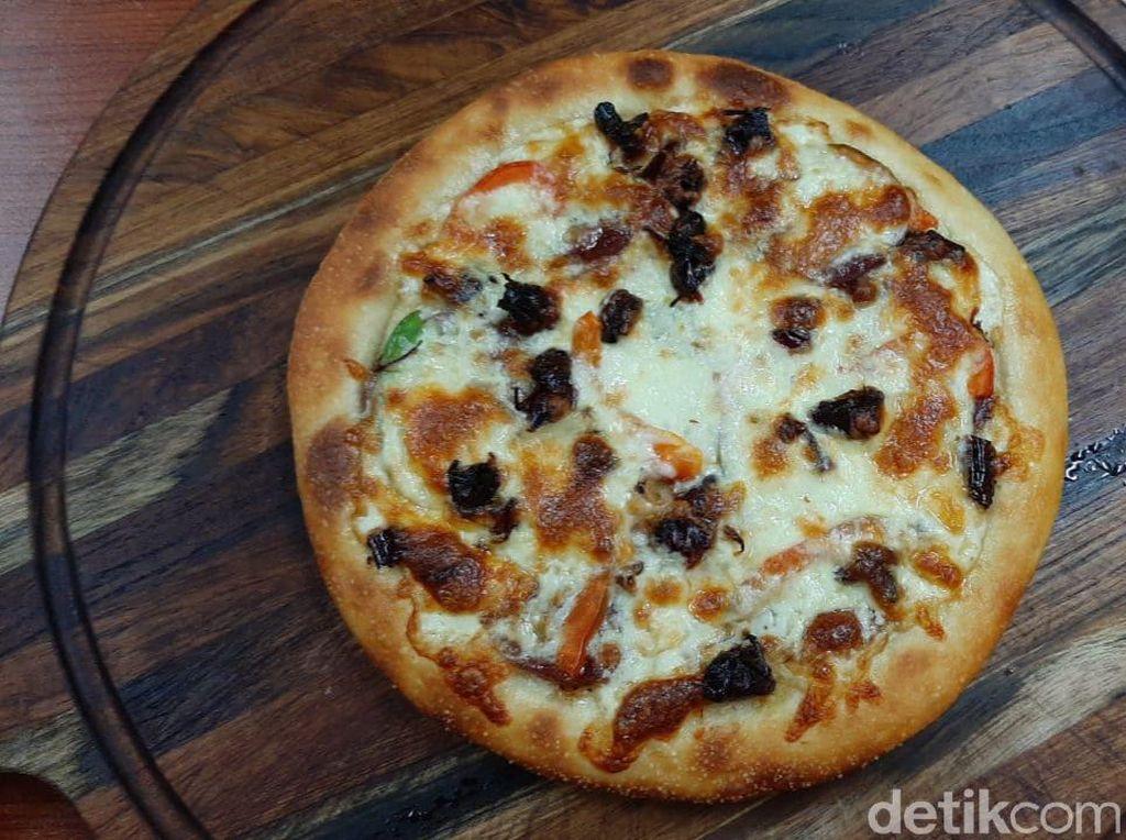 Unik! Pizza Belalang yang Renyah Gurih dari Gunungkidul