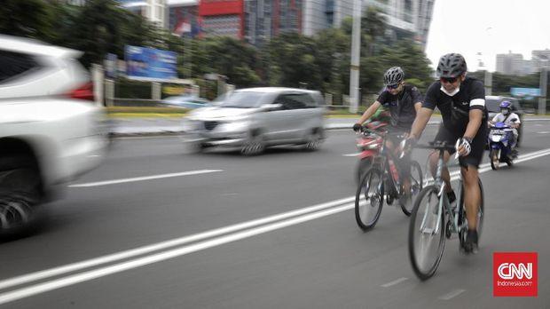 Sejumlah pesepeda melintasi jalur sepeda di Jalan Jendral Sudirman. Jakarta, Sabtu, 6 Februari 2021. CNN Indonesia/ Adhi Wicaksono