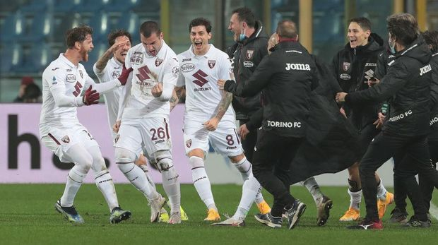 BERGAMO, ITALY - FEBRUARY 06: Federico Bonazzoli of Torino FC celebrates his goal with his teammates during the Serie A match between Atalanta BC and Torino FC at Gewiss Stadium on February 06, 2021 in Bergamo, Italy. (Photo by Emilio Andreoli/Getty Images)