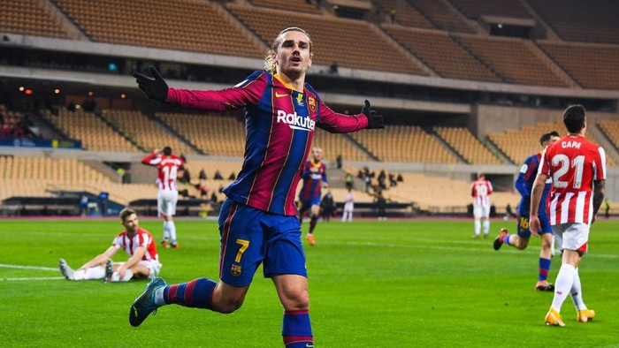 SEVILLE, SPAIN - JANUARY 17: Antoine Griezmann of FC Barcelona celebrates after scoring his teams second goal during the Supercopa de Espana Final match between FC Barcelona and Athletic Club at Estadio de La Cartuja on January 17, 2021 in Seville, Spain. Sporting stadiums around Spain remain under strict restrictions due to the Coronavirus Pandemic as Government social distancing laws prohibit fans inside venues resulting in games being played behind closed doors. (Photo by David Ramos/Getty Images)