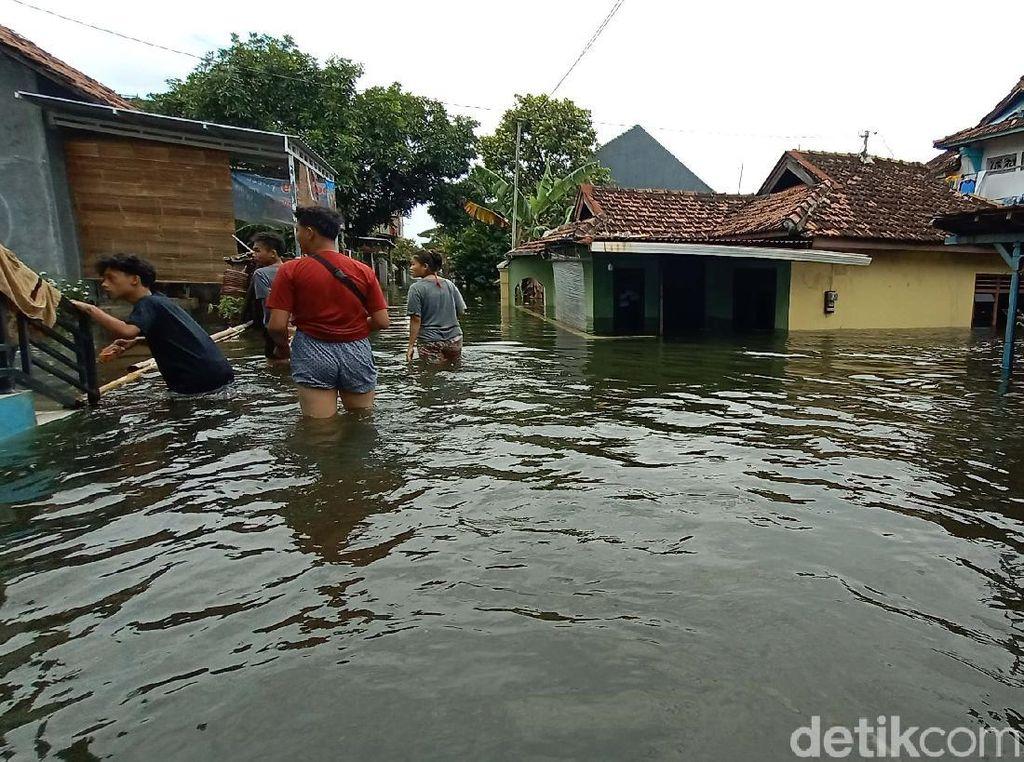 Ngeri! Banjir Berwarna Hitam-Berbau Busuk di Kudus Terus Meninggi