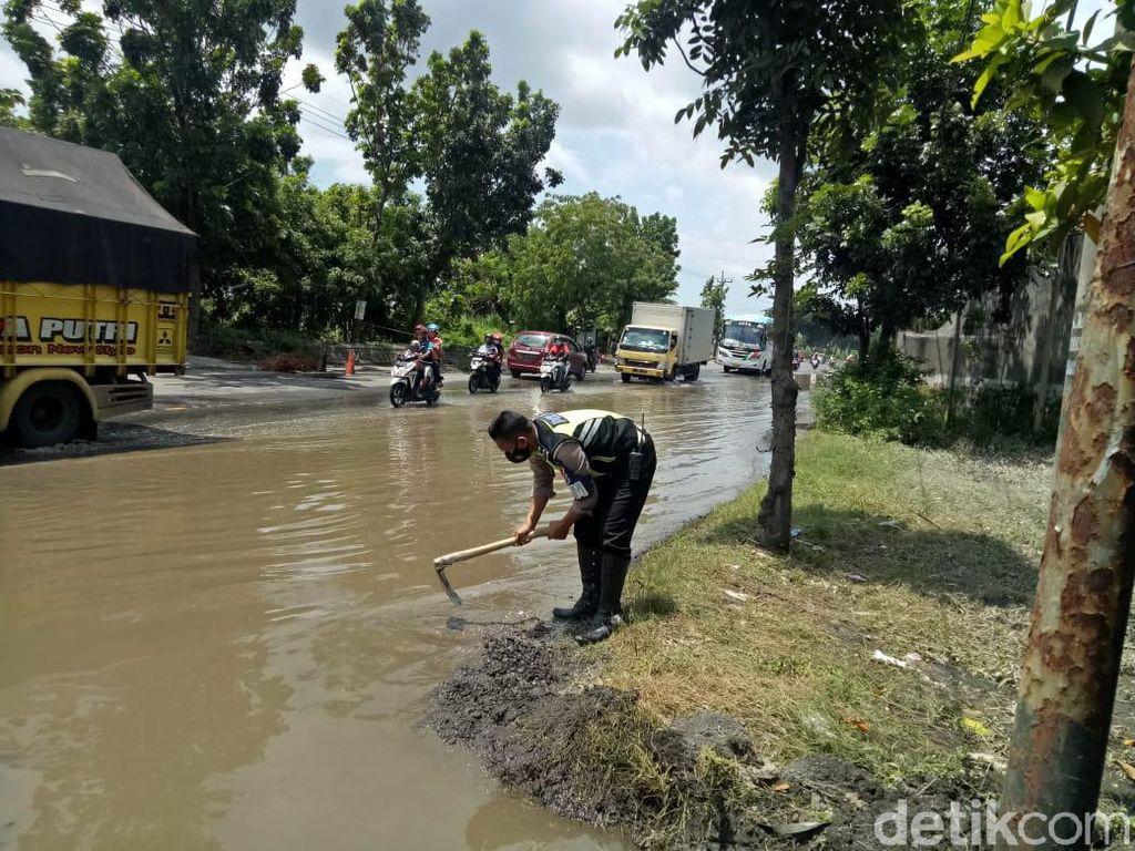 Banjir di Jalur Nasional Jombang Surut Tinggalkan Lubang di Jalanan