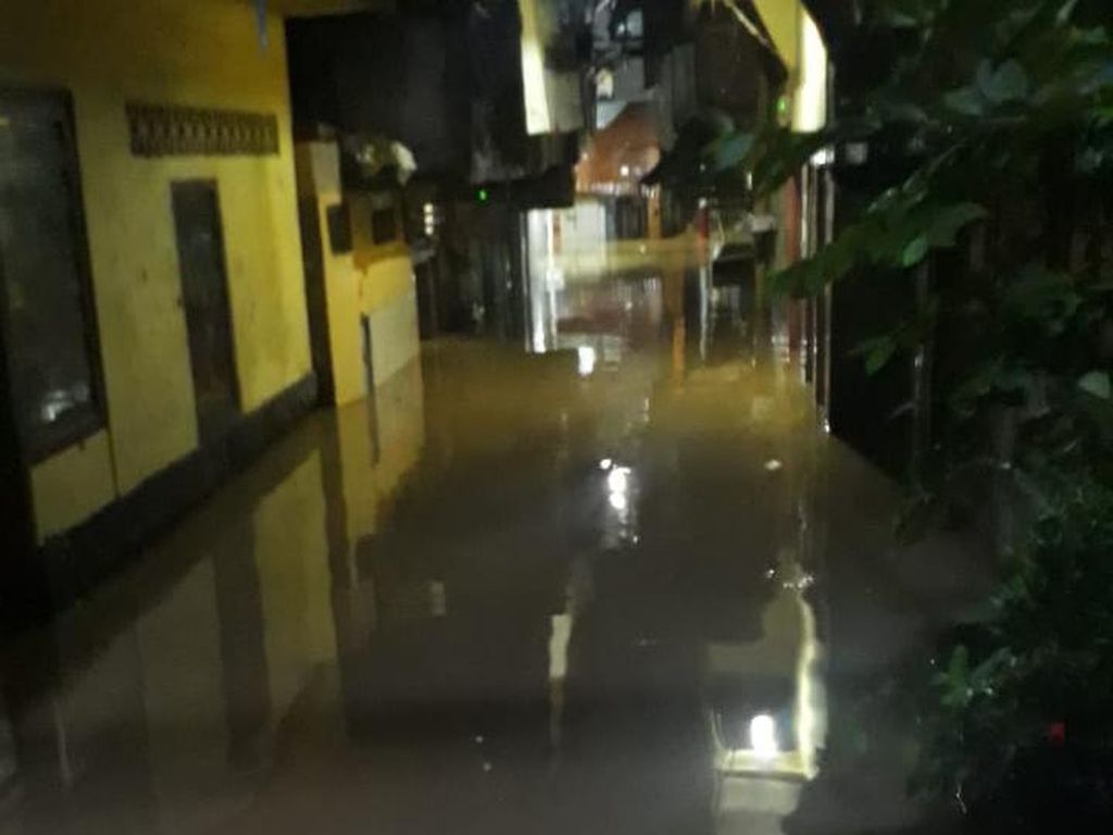 Kali Ciliwung Meluap, 5 RW di Kampung Melayu Jaktim Terendam Banjir