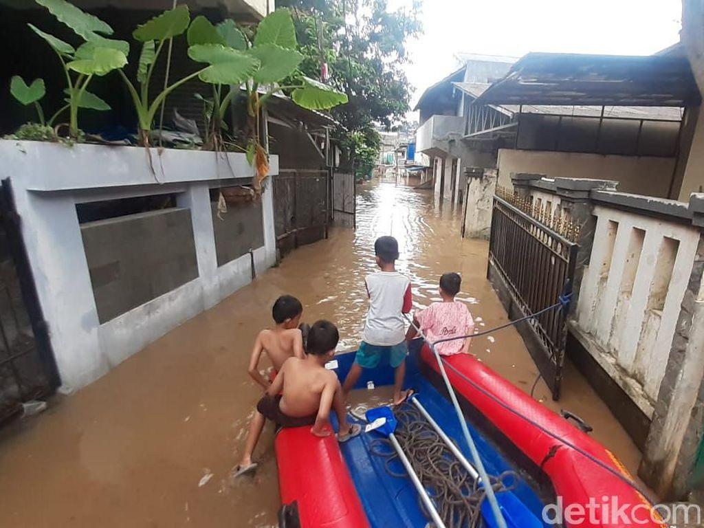 Banjir 1,5 Meter di Pejaten Timur, Sebagian Warga Bertahan di Lantai 2 Rumah