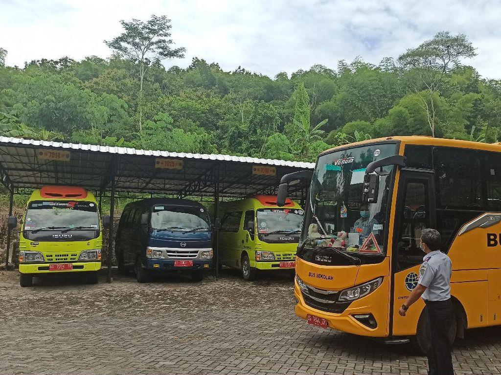 Bus Sekolah di Trenggalek Mangkrak Saat Pandemi COVID-19