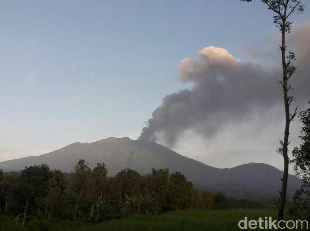10 Penerbangan Bandara Banyuwangi Dibatalkan Gegara Gunung Raung Erupsi