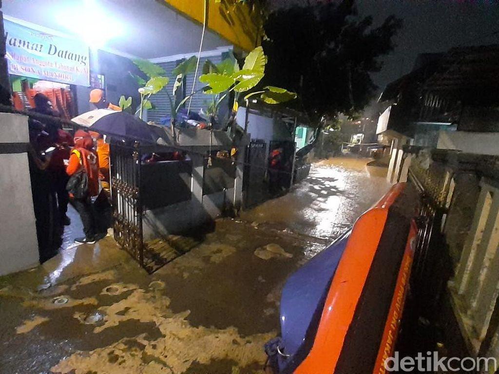 Belasan KK Mengungsi Akibat Banjir 1,5 Meter di Pejaten Timur