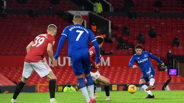 MANCHESTER, ENGLAND - FEBRUARY 06: James Rodriguez of Everton scores their team's second goal during the Premier League match between Manchester United and Everton at Old Trafford on February 06, 2021 in Manchester, England. Sporting stadiums around the UK remain under strict restrictions due to the Coronavirus Pandemic as Government social distancing laws prohibit fans inside venues resulting in games being played behind closed doors. (Photo by Michael Regan/Getty Images)