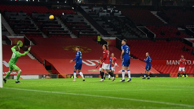 MANCHESTER, ENGLAND - FEBRUARY 06: Bruno Fernandes of Manchester United scores their team's second goal past Robin Olsen of Everton during the Premier League match between Manchester United and Everton at Old Trafford on February 06, 2021 in Manchester, England. Sporting stadiums around the UK remain under strict restrictions due to the Coronavirus Pandemic as Government social distancing laws prohibit fans inside venues resulting in games being played behind closed doors. (Photo by Michael Regan/Getty Images)