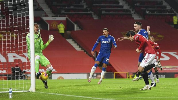 Manchester United's Edinson Cavani, 2nd right, scores the opening goal during an English Premier League soccer match between Manchester United and Everton at the Old Trafford stadium in Manchester, England, Saturday Feb. 6, 2021. (Michael Regan/Pool via AP)
