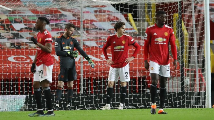 MANCHESTER, ENGLAND - FEBRUARY 06: David De Gea and Victor Lindeloef of Manchester United look dejected after Evertons third goal during the Premier League match between Manchester United and Everton at Old Trafford on February 06, 2021 in Manchester, England. Sporting stadiums around the UK remain under strict restrictions due to the Coronavirus Pandemic as Government social distancing laws prohibit fans inside venues resulting in games being played behind closed doors. (Photo by Martin Rickett - Pool/Getty Images)