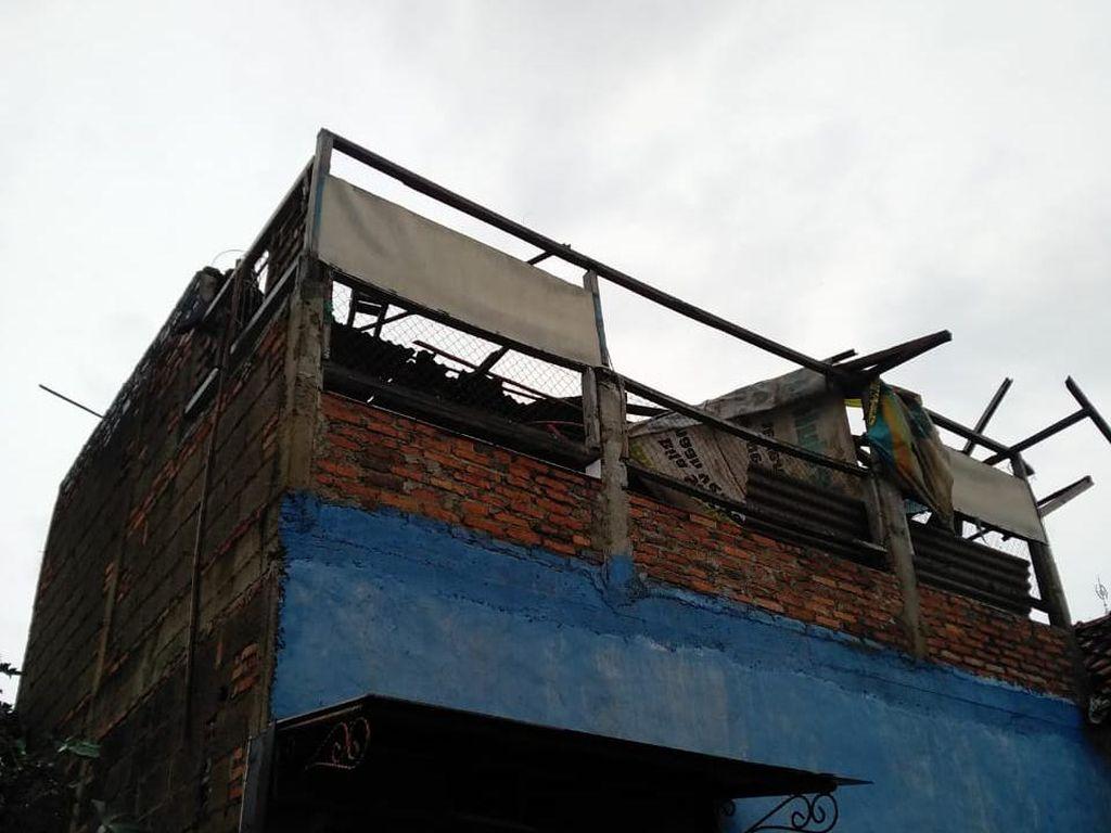 Puting Beliung Rusak Puluhan Rumah di Kelurahan Sumur Batu Bekasi