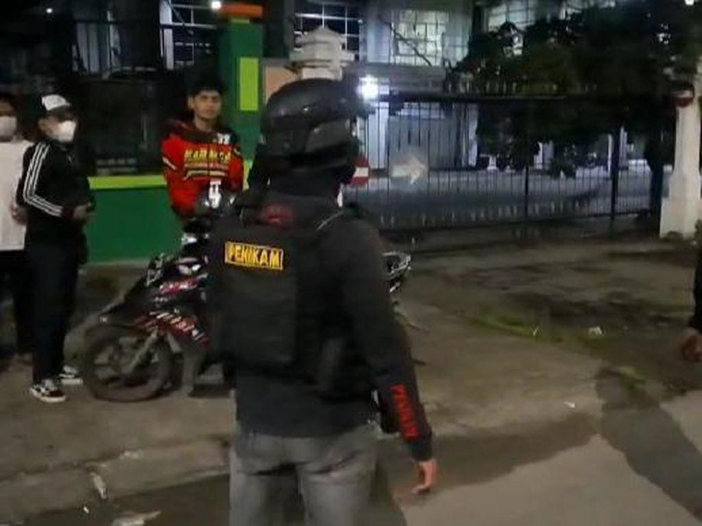 Gunakan Gas Air Mata, Polisi Bubarkan Balap Liar yang Tutup Jalan di Makassar