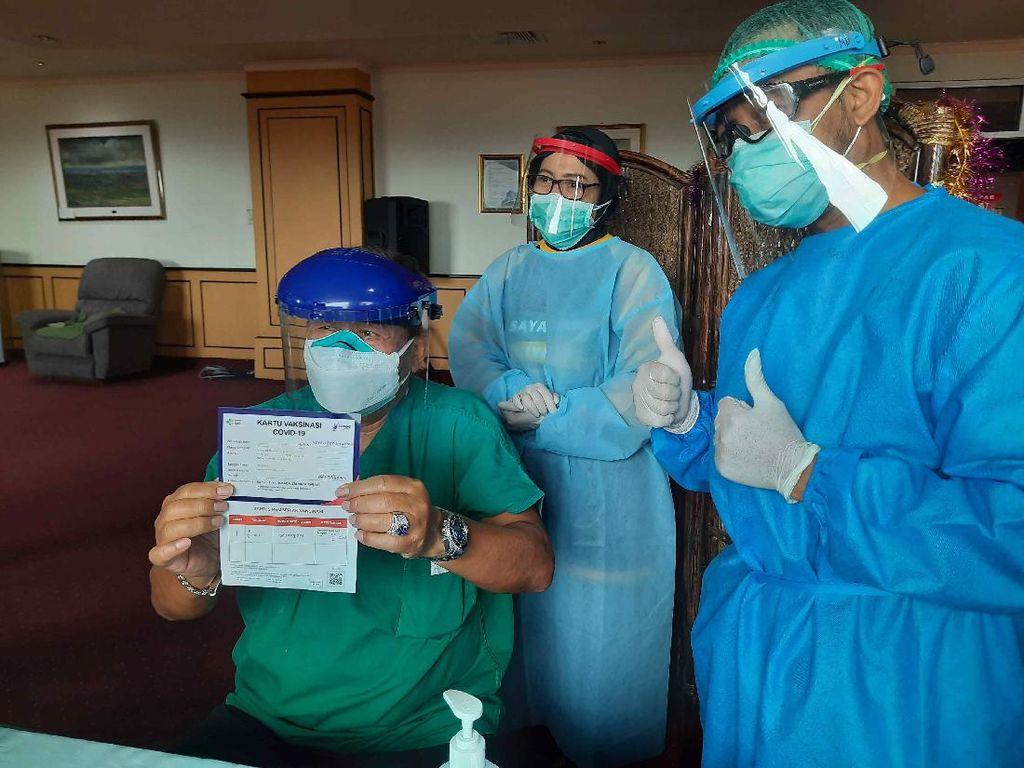 Tiga RS di Surabaya Ini Mulai Vaksin COVID-19 ke Nakes Lansia