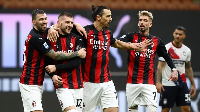 MILAN, ITALY - FEBRUARY 07: Ante Rebic of AC Milan celebrates with team mates (L - R) Alessio Romagnoli, Zlatan Ibrahimovic and Samu Castillejo after scoring their sides third goal during the Serie A match between AC Milan and FC Crotone at Stadio Giuseppe Meazza on February 07, 2021 in Milan, Italy. Sporting stadiums around Italy remain under strict restrictions due to the Coronavirus Pandemic as Government social distancing laws prohibit fans inside venues resulting in games being played behind closed doors. (Photo by Marco Luzzani/Getty Images)
