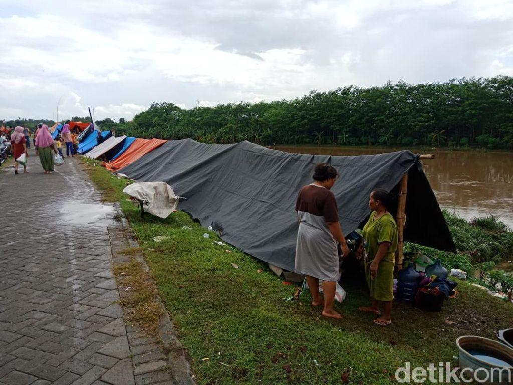 Dear Bu Bupati, Pengungsi Banjir Jombang di Tanggul Sungai Brantas Butuh Ini