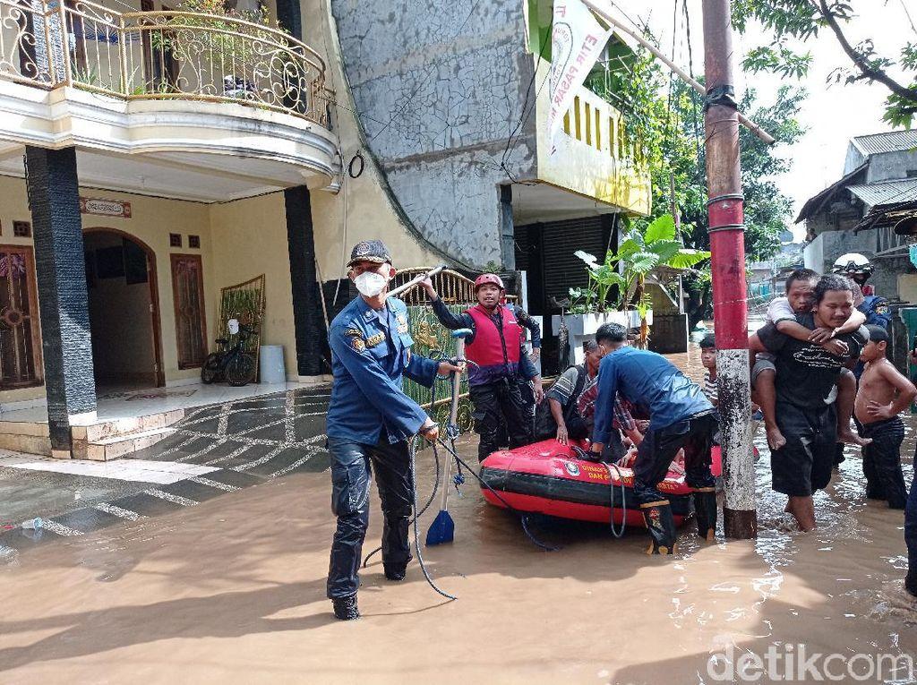 Damkar Jaksel: Pasang Surut Banjir di Pejaten Timur Sudah 15 Jam