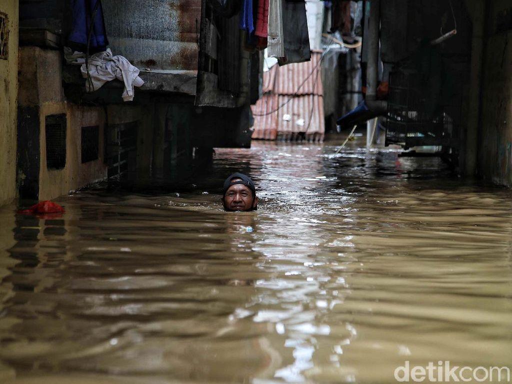 Masih Banjir, Ketinggian Air di 2 RW di Kampung Melayu Mencapai 2,5 Meter