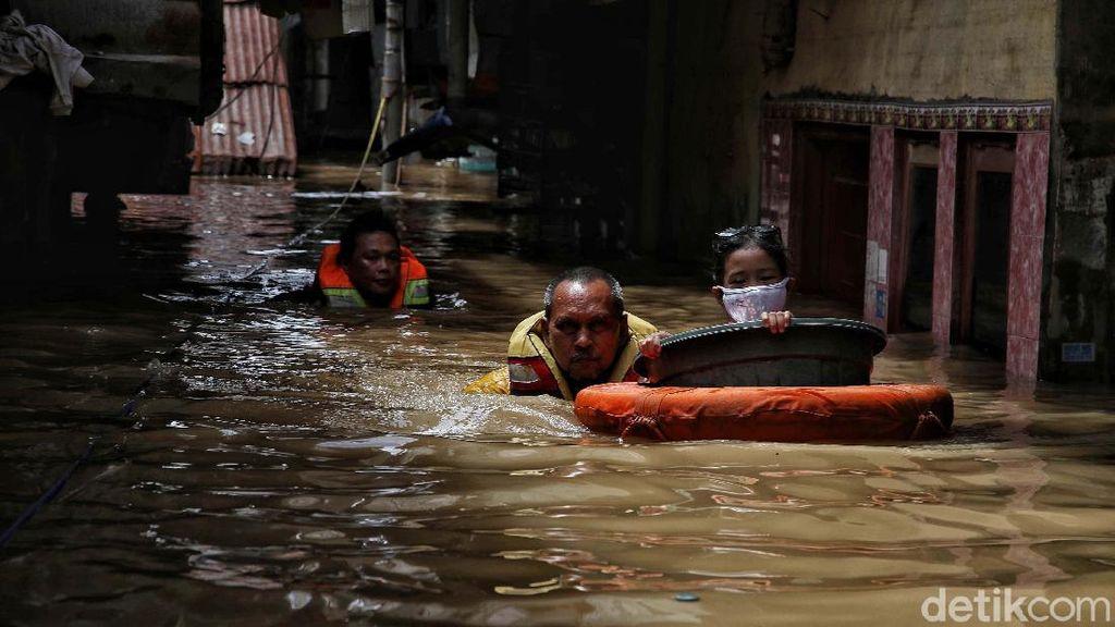 Evakuasi Korban Banjir 2 Meter di Kebon Pala