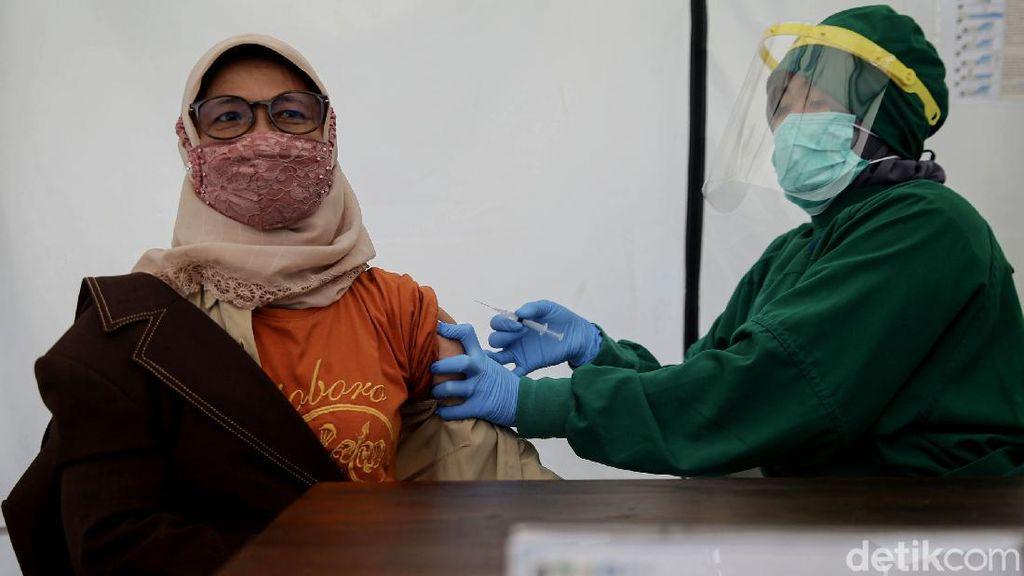 Giliran Nakes Berusia Lanjut yang Disuntik Vaksin Corona