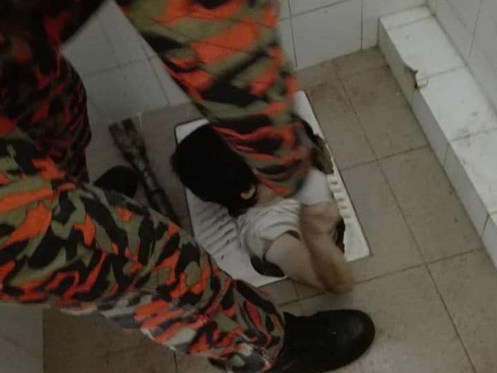 Apes! Wanita Jatuh Terperangkap di Kloset Jongkok dan Tak Bisa Keluar