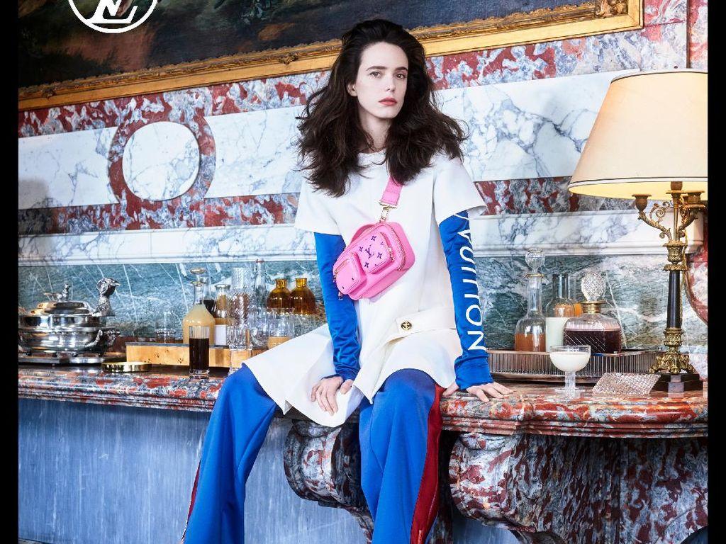 10 Gaya Aktris Prancis Stacy Martin Jadi Model Louis Vuitton Pre Fall 2021