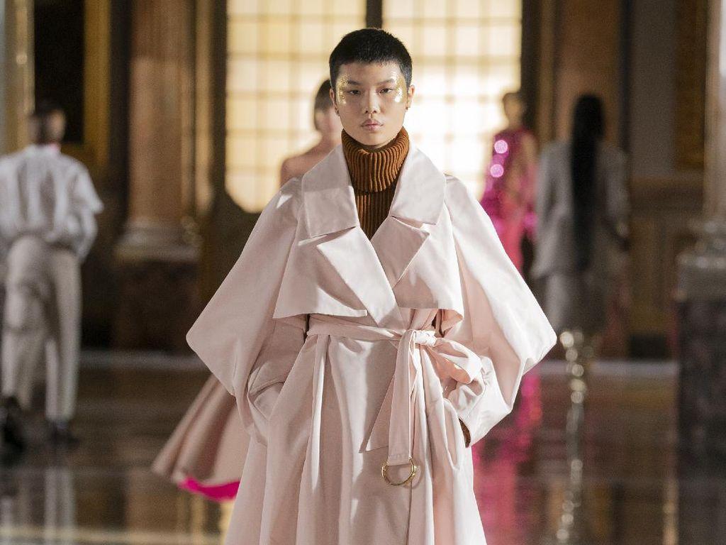 10 Koleksi Busana Valentino Couture Spring 2021 yang Casual