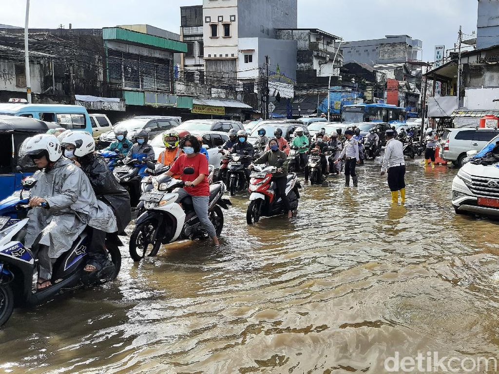 Banjir di Jalan Jatinegara Barat, Perahu Karet dan Mesin Pompa Dikerahkan