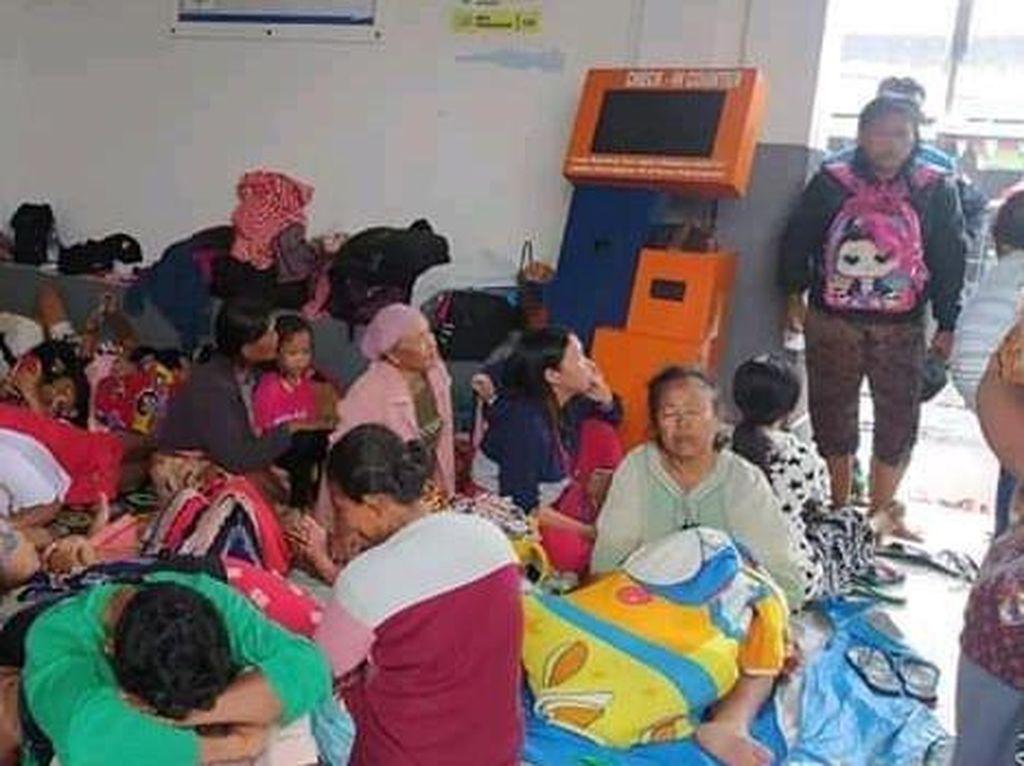 Korban Banjir Indramayu Mengungsi di Stasiun Terisi