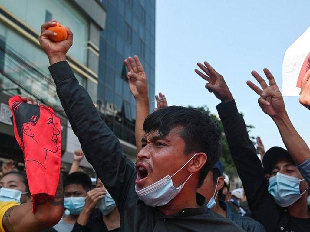 Polisi Myanmar Tembakkan Peluru Karet ke Massa Penentang Kudeta