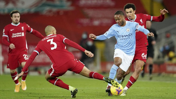 Liverpools Fabinho, center, tries to stop Manchester Citys Raheem Sterling, 2nd right, during the English Premier League soccer match between Liverpool and Manchester City at Anfield Stadium, Liverpool, England, Sunday, Feb. 7, 2021. (AP photo/Jon Super, Pool)