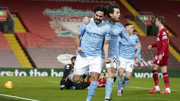 Manchester City's Ilkay Gundogan, left, celebrates with Bernardo Silvaafter scoring the opening goal during the English Premier League soccer match between Liverpool and Manchester City at Anfield Stadium, Liverpool, England, Sunday, Feb. 7, 2021. (AP photo/Jon Super, Pool)