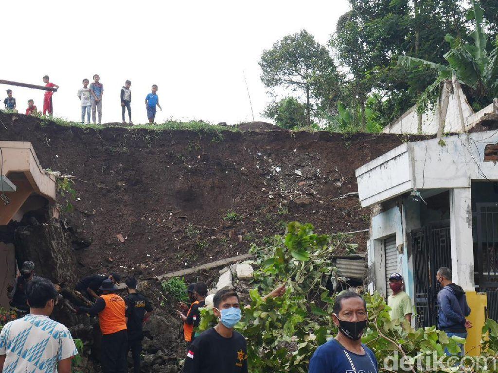 2 Rumah Tertimpa Longsor di Bandung Barat, 4 Orang Terluka