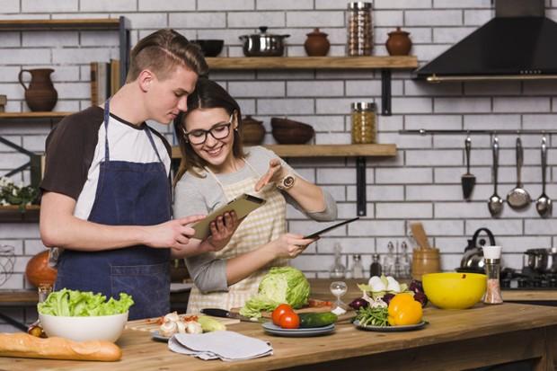 kegiatan produktif bareng pacar yaitu masak bareng pacar/freepik.com