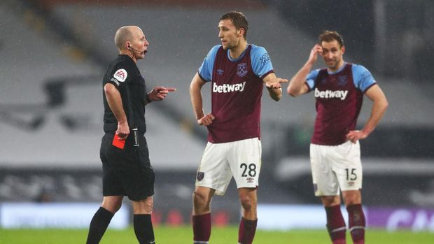 LONDON, ENGLAND - FEBRUARY 06: Tomas Soucek of West Ham appeals to match referee Mike Dean after being shown a red card during the Premier League match between Fulham and West Ham United at Craven Cottage on February 06, 2021 in London, England. Sporting stadiums around the UK remain under strict restrictions due to the Coronavirus Pandemic as Government social distancing laws prohibit fans inside venues resulting in games being played behind closed doors. (Photo by Clive Rose/Getty Images)