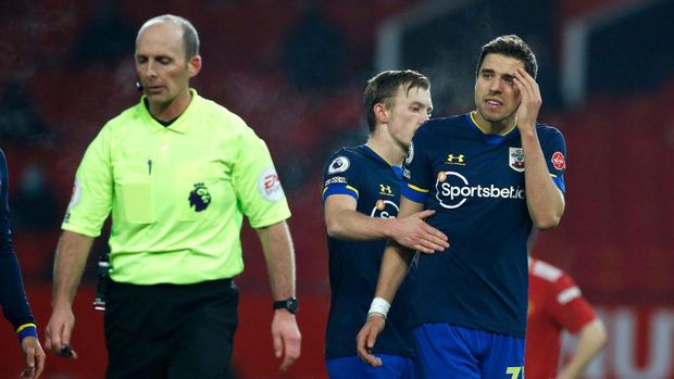 MANCHESTER, ENGLAND - FEBRUARY 02: Jan Bednarek of Southampton argues with Mike Dean, the match referee during the Premier League match between Manchester United and Southampton at Old Trafford on February 02, 2021 in Manchester, England. Sporting stadiums around the UK remain under strict restrictions due to the Coronavirus Pandemic as Government social distancing laws prohibit fans inside venues resulting in games being played behind closed doors. (Photo by Phil Noble - Pool/Getty Images)