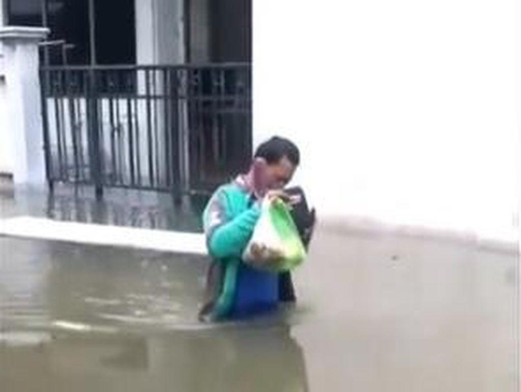 Totalitas! Ojol Ini Rela Terjang Banjir di Semarang Demi Antar Makanan