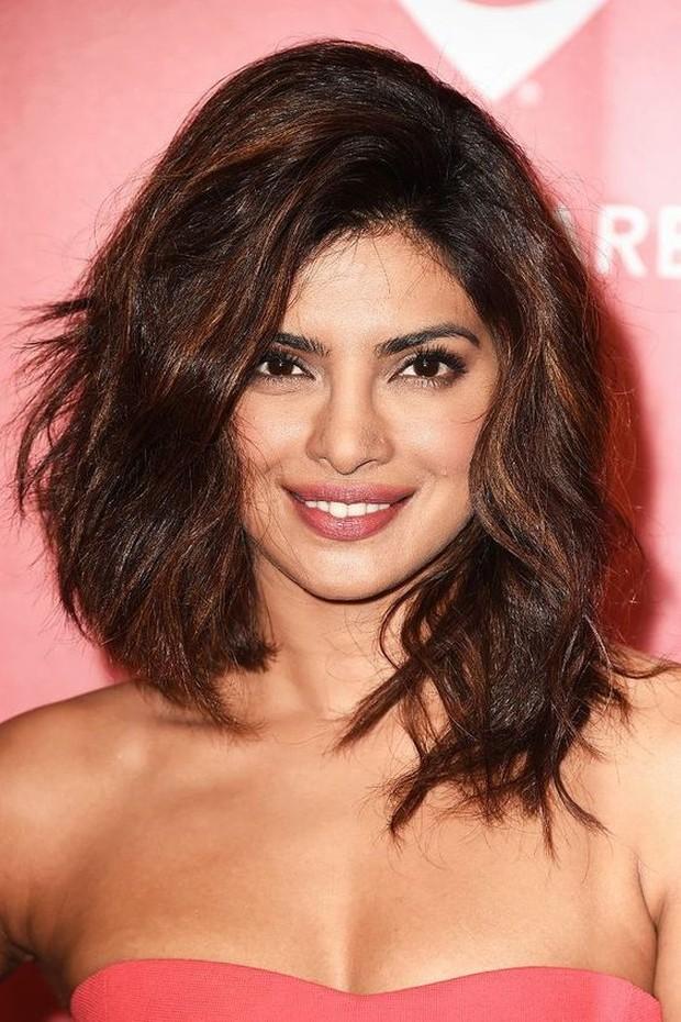 Hairstyle lob asimetris untuk tekstur rambut tebal dan penuh.
