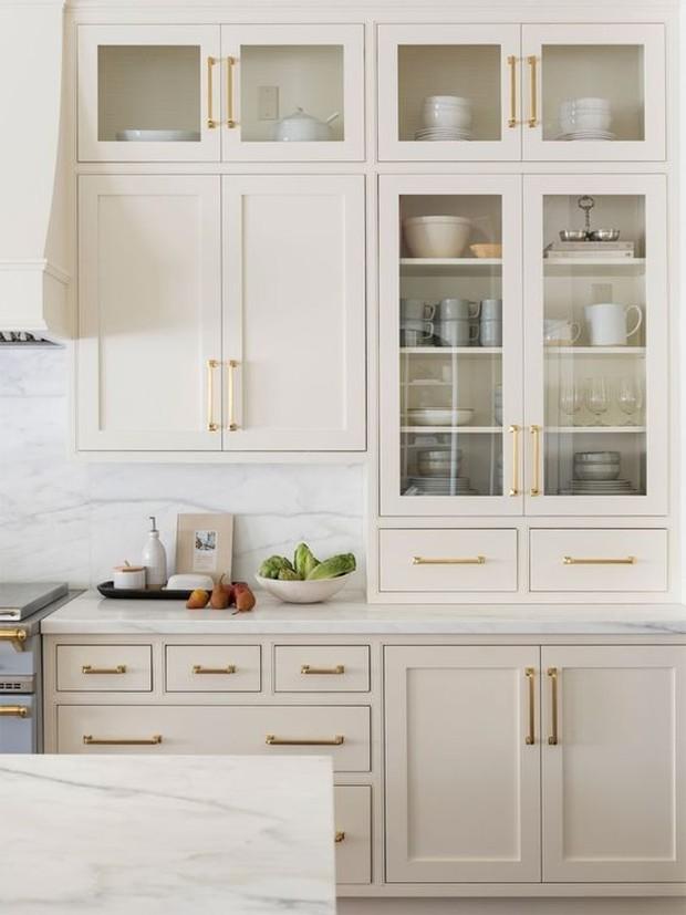 Coba terapkan cara ini pada satu set lemari yang mengapit kompor atau diatas meja kopi.