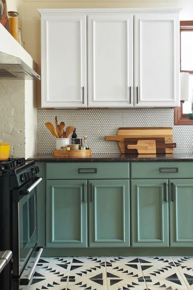 Pilih warna segar untuk memberi kesan lebih hidup pada lemari lama.