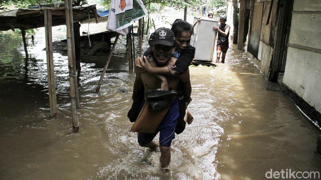 Terendam Banjir, Warga di Bantaran Sungai Ciliwung Mengungsi