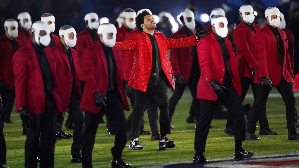 Foto: 8 Gaya Glamor The Weeknd di Super Bowl, Pakai Jas Kristal Givenchy