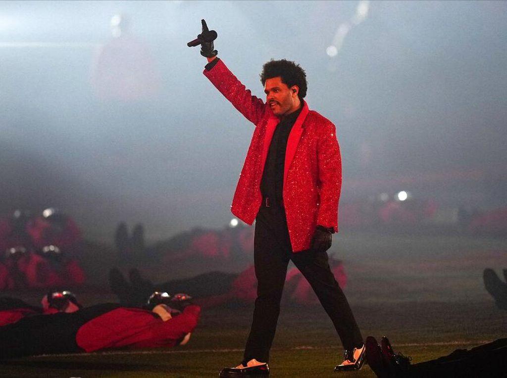 Tampil di Super Bowl 2021, The Weeknd Jadi Sorotan