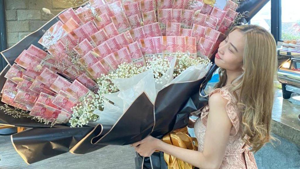 9 Foto Wanita yang Viral karena Dihadiahi Pacar Mobil & Buket Uang 10 Juta