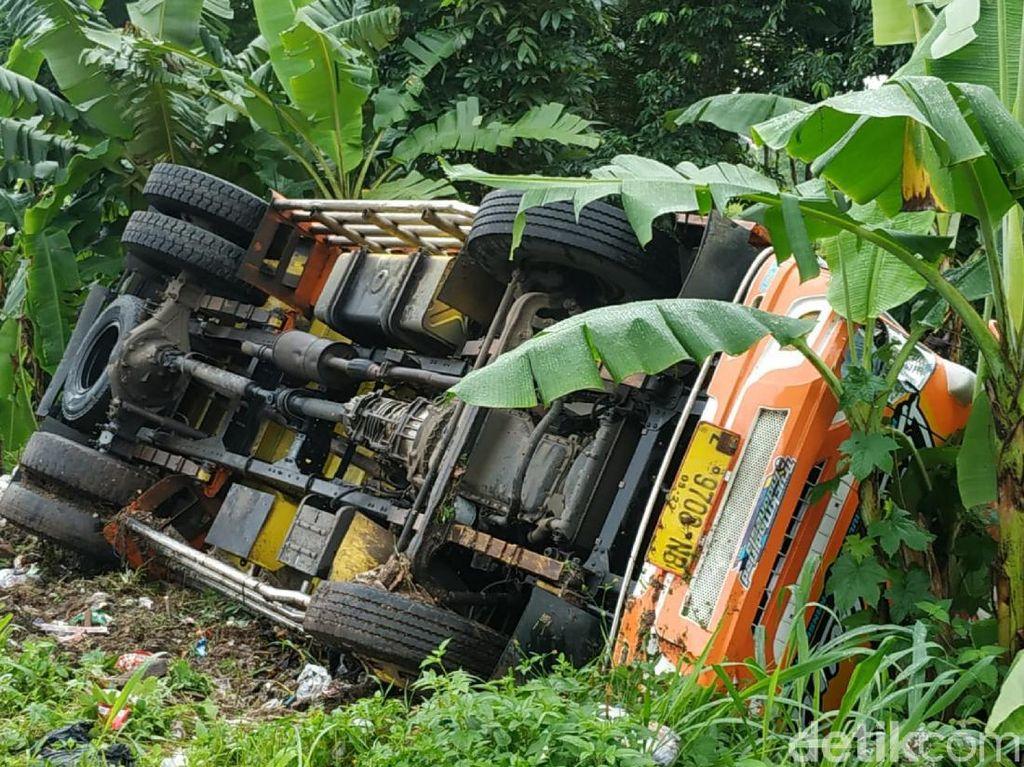 Hindari Pemotor yang Terjatuh, Sebuah Truk Terguling di Cianjur