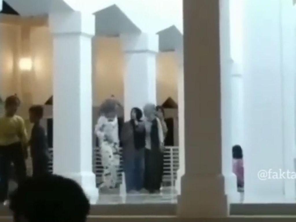 Viral 4 Wanita Muda Joget TikTok di Masjid Terapung Painan Sumbar