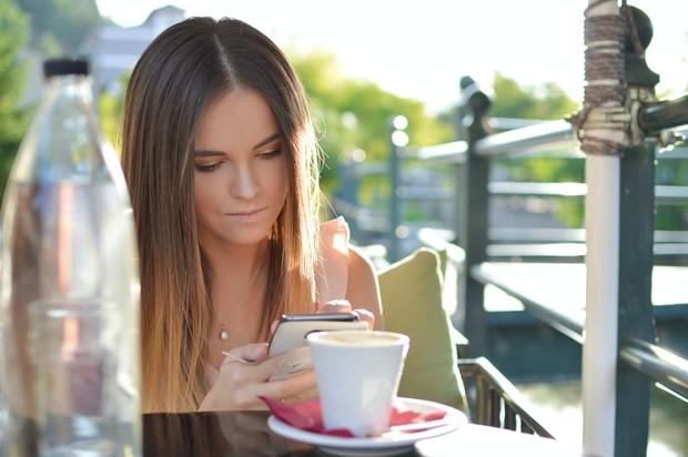 Batasi penggunaan media sosial agar tidak mudah cemburu pada postingan teman.