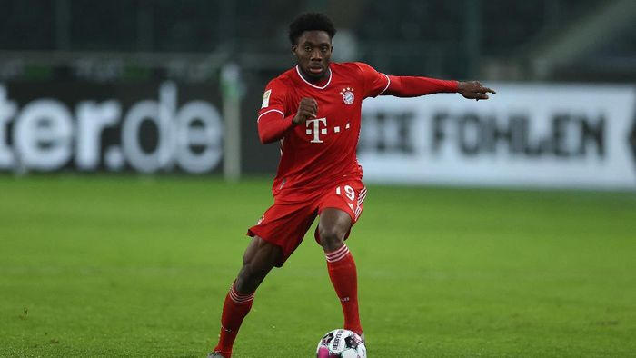 MOENCHENGLADBACH, GERMANY - JANUARY 08: Alphonso Davies of Muenchen runs with the ball during the Bundesliga match between Borussia Moenchengladbach and FC Bayern Muenchen at Borussia-Park on January 08, 2021 in Moenchengladbach, Germany. Sporting stadiums around Germany remain under strict restrictions due to the Coronavirus Pandemic as Government social distancing laws prohibit fans inside venues resulting in games being played behind closed doors. (Photo by Lars Baron/Getty Images)
