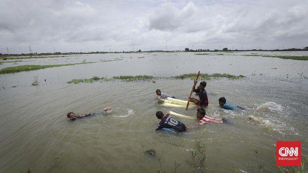 Area persawahan padi ikut terendam. Kawasan Samudera Jaya, Tarumajaya didomimasi lahan pertanian milik warga. CNNIndonesia/Safir Makki