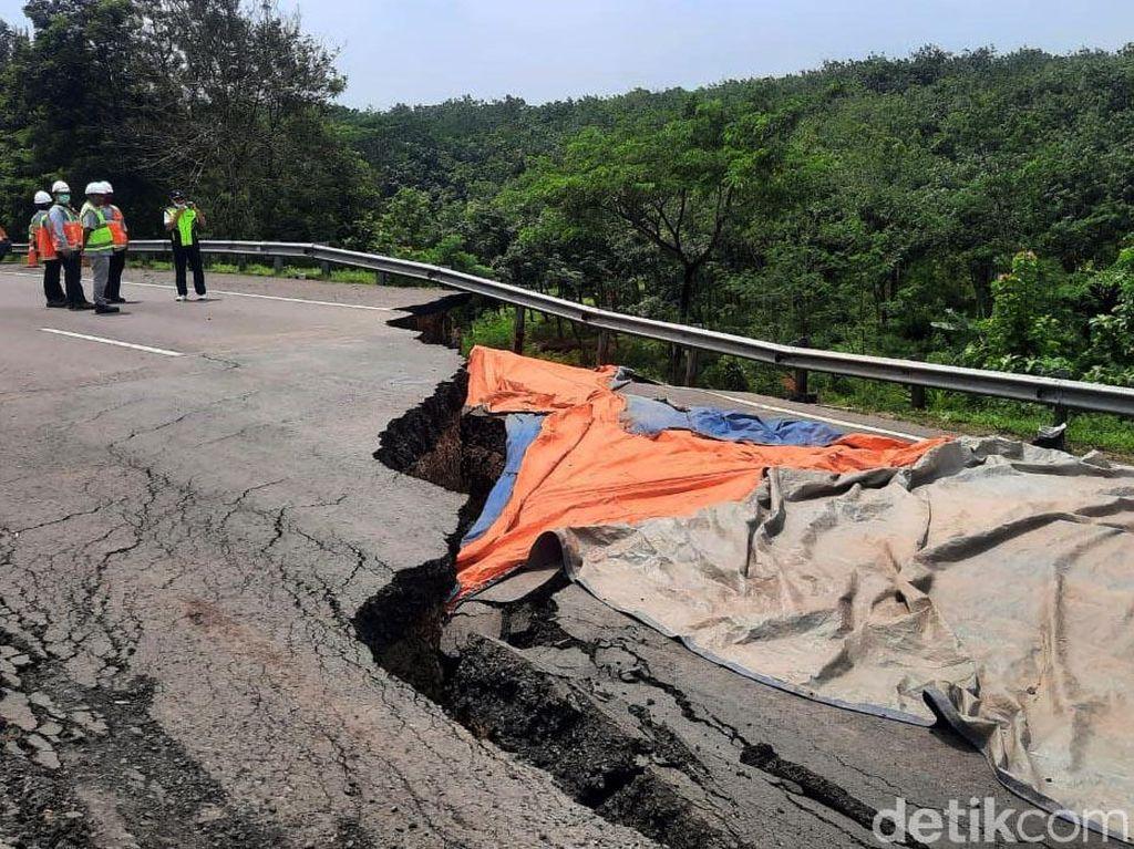 Petugas Berlakukan Contraflow di Sekitar KM 122 Tol Cipali yang Amblas